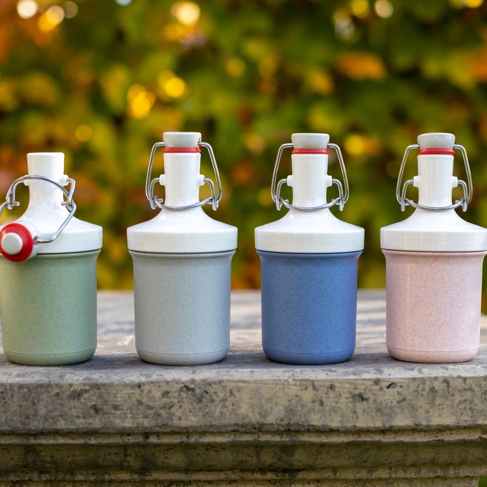 Vier wiederverwendbare Koziol Mini Plopp Flaschen in den Farben grün, grau, blau und rosa. Ready to go.