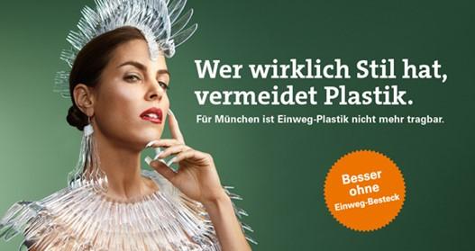 Frau gekleidet in Einweg Plastik Besteck