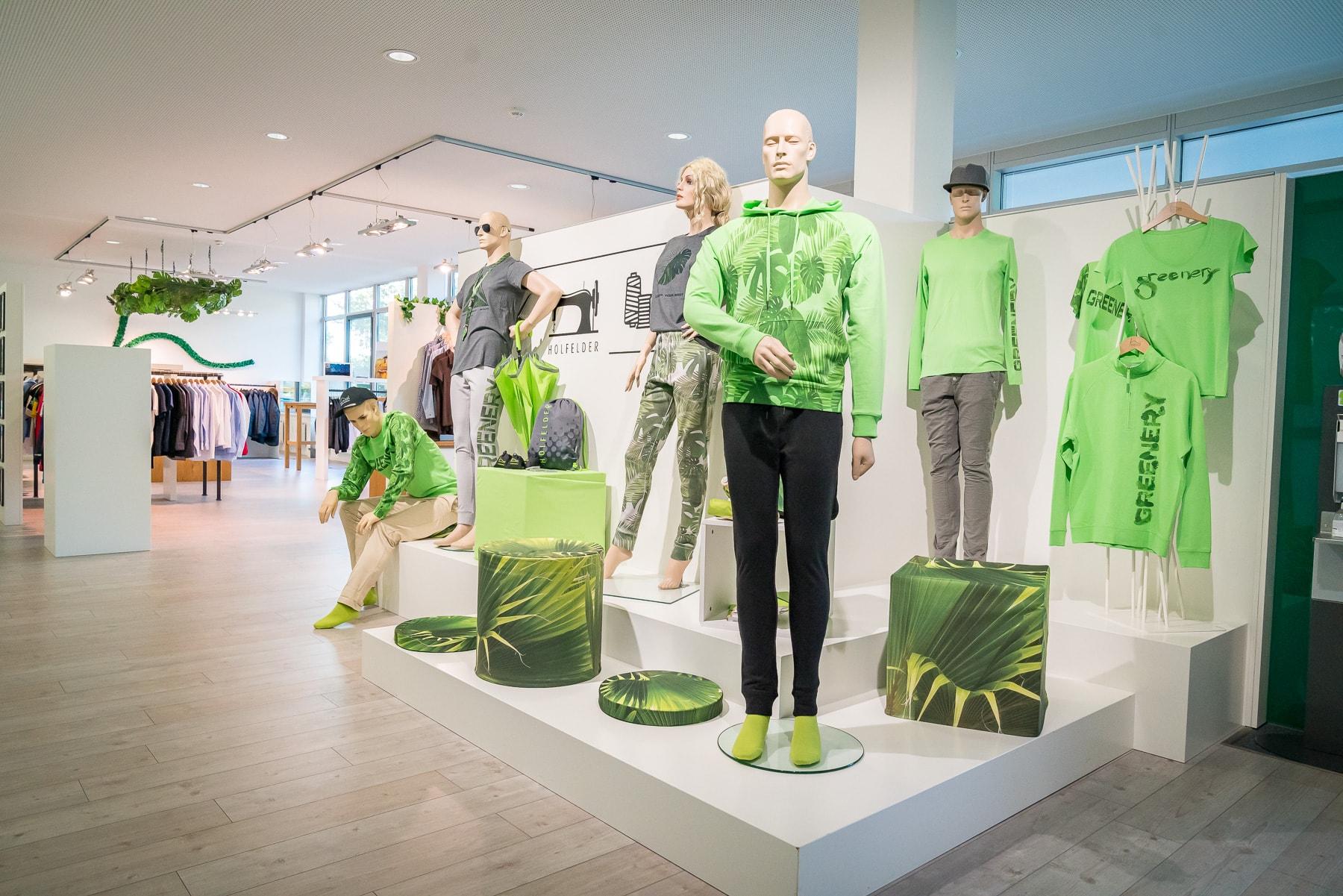 Showroom und Schaufensterpuppen in Grüner Corporate Fashion Kollektion