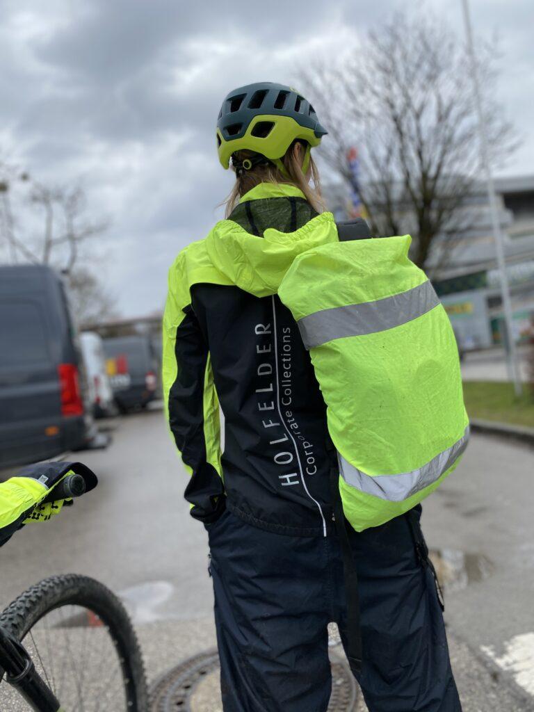 Junge Dame mit reflektierender Funktionsware Fahrradbekleidung um sicher im Straßenverkehr zu sein