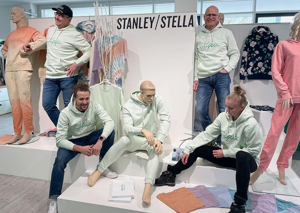 Mitarbeiter im Holfelder-Stanley/Stella Hoodie aus Bio-Baumwolle mit Schaufensterpuppen