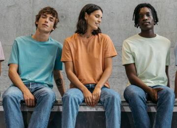 Fünf junge Menschen in bunten Bio-Baumwolle T-Shirts